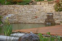 Teich mit Natursteinmauer